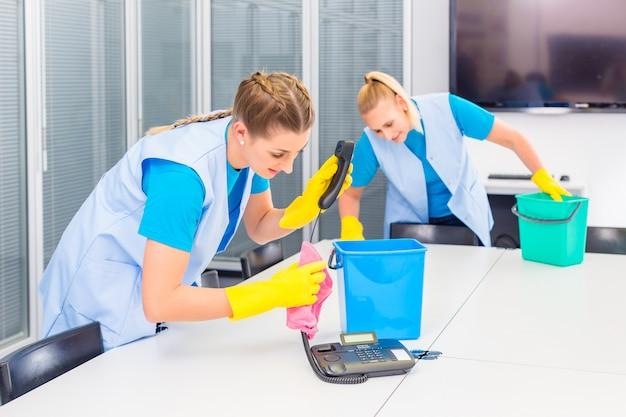 Femmes de ménage travaillant dans le bureau