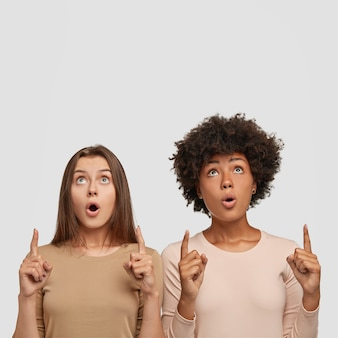 Les femmes métisses émerveillées ont une apparence époustouflante, gardez la mâchoire baissée