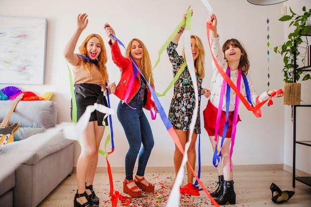 Les femmes à la mode font la fête à la maison