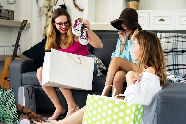 Femmes montrant des amis shopping chaussures