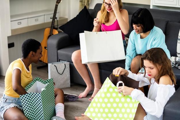 Femmes montrant des amis en train d'acheter des articles