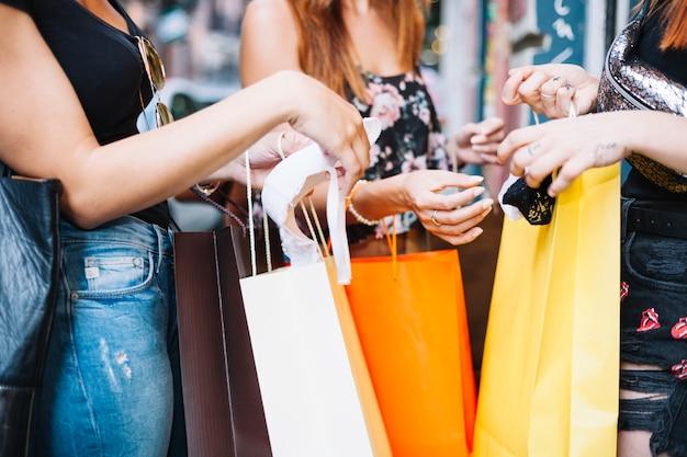 Femmes montrant des sous-vêtements achetés