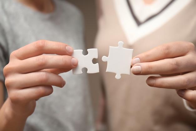 Femmes avec des morceaux de puzzle, gros plan