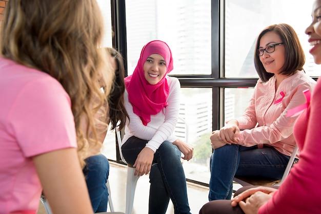 Femmes multiéthiniques réunies pour une campagne de sensibilisation au cancer du sein