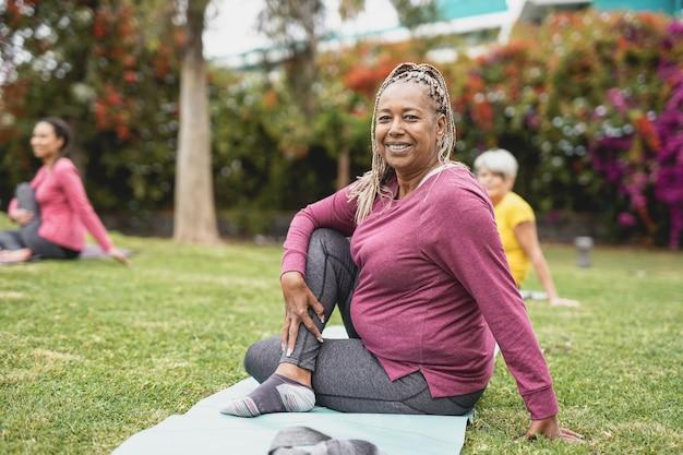 Femmes multiraciales faisant du yoga avec distance sociale pour - concept de mode de vie sain et de sport
