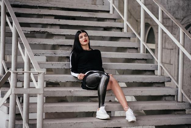 Femmes mûres atteintes d'amuptation sous le genou et chirurgie récente d'ostéointégration assise à l'extérieur