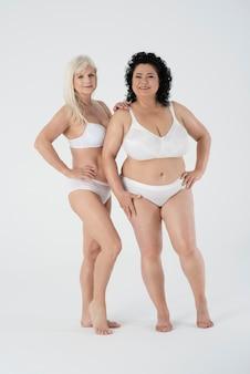 Femmes mûres en sous-vêtements se sentant confiant