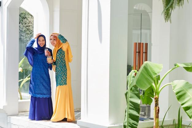 Femmes musulmanes en attente d'invités à la fête