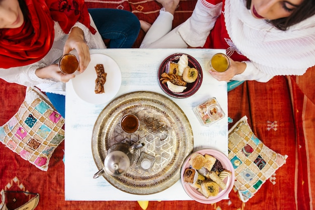 Femmes musulmanes buvant du thé