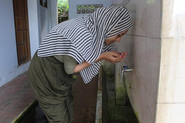 Les femmes musulmanes effectuent des ablutions