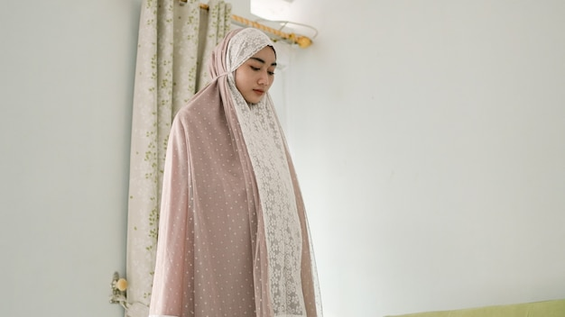 Femmes musulmanes priant portant une mukenah