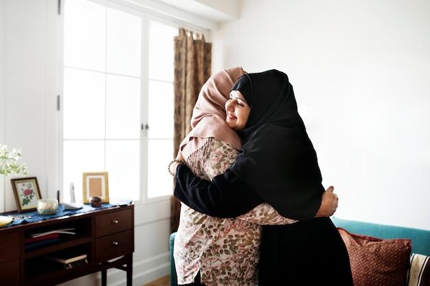 Les femmes musulmanes s'embrassant