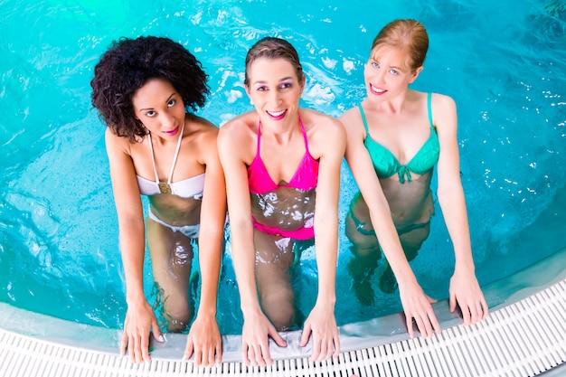 Femmes nageant dans la piscine