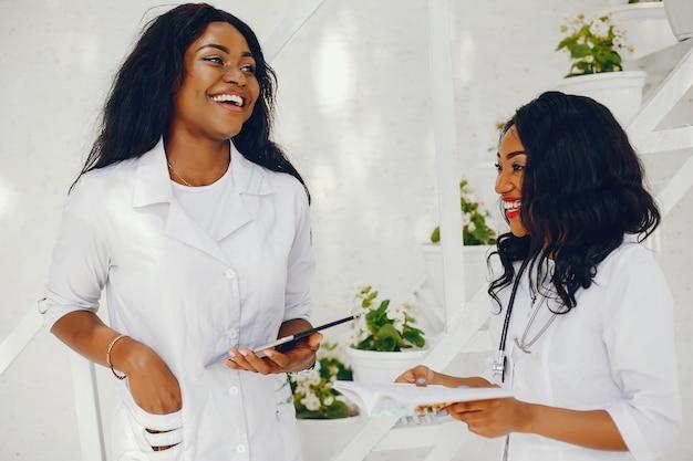 Femmes noires avec stéthoscope