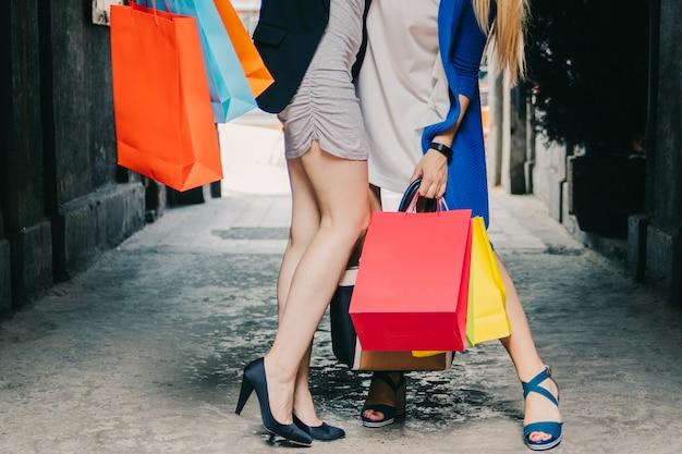 Femmes non reconnaissables avec des sacs à provisions