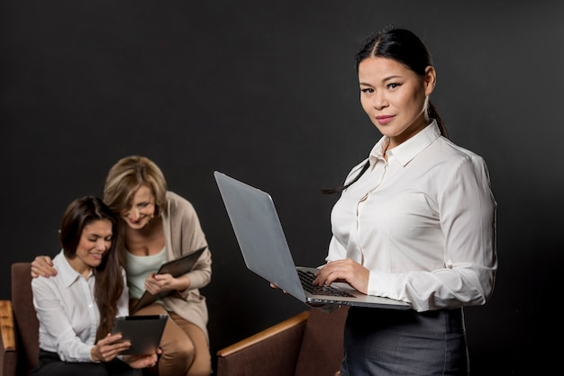Femmes occupées à travailler