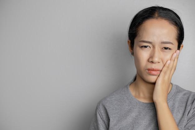 Les femmes ont beaucoup de maux de dents.