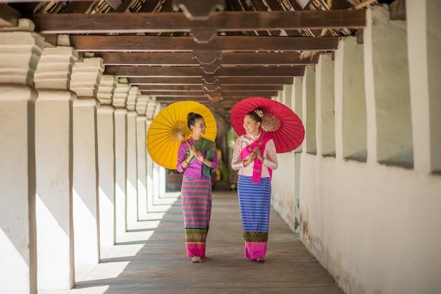 Femmes avec parapluie traditionnel fait main