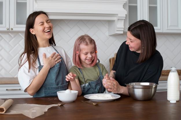 Les femmes passent du temps avec leur fille
