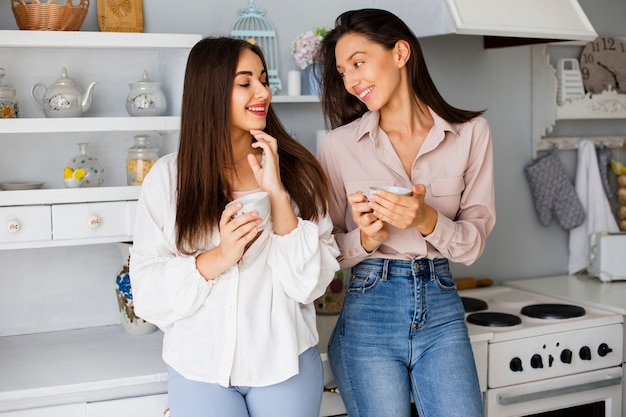 Femmes en pause buvant du café