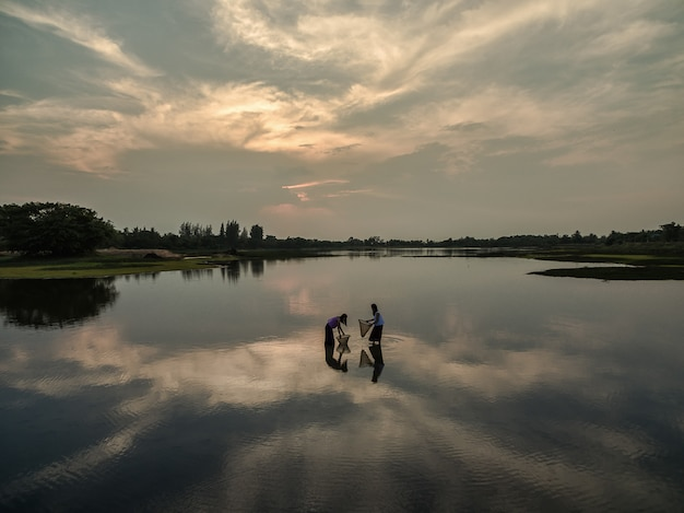 Femmes pêchant au lac pour se nourrir