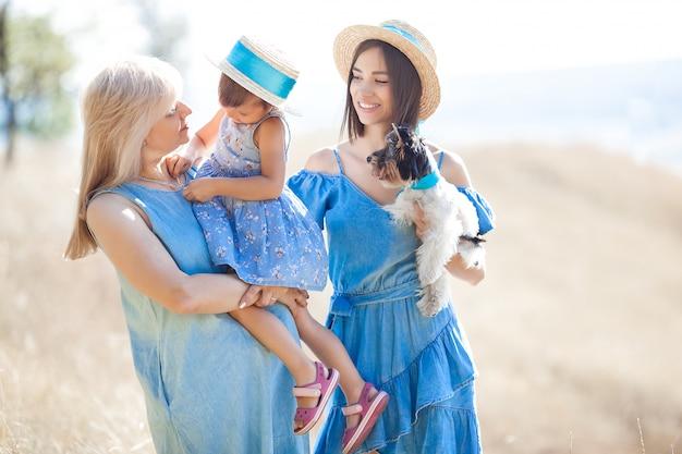 Femmes et petite fille ensemble à l'extérieur