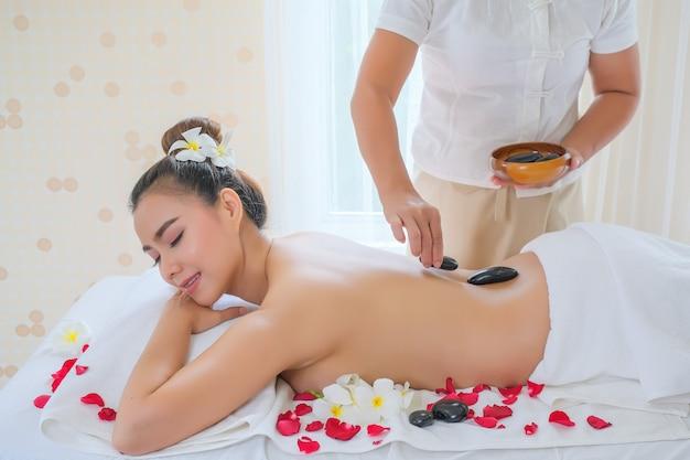 Femmes avec pierres thérapeutiques sur le dos