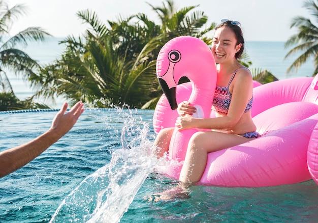 Femmes sur une piscine gonflable