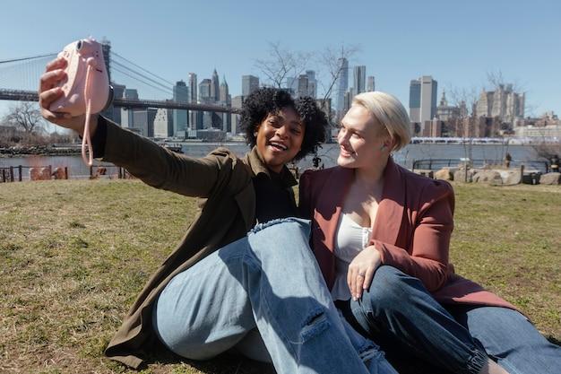Femmes de plan moyen avec caméra à l'extérieur