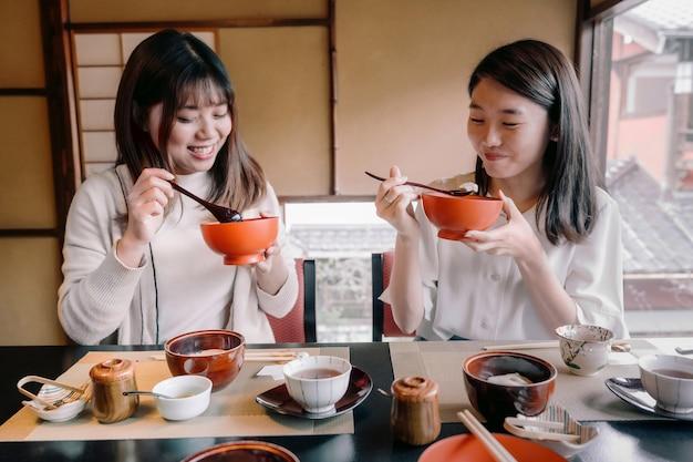 Femmes de plan moyen mangeant