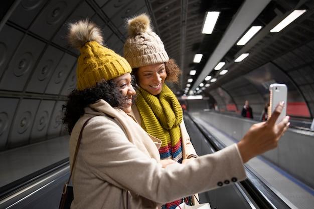 Femmes à plan moyen prenant un selfie
