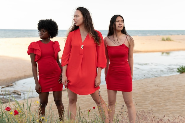 Femmes de plan moyen avec des robes rouges