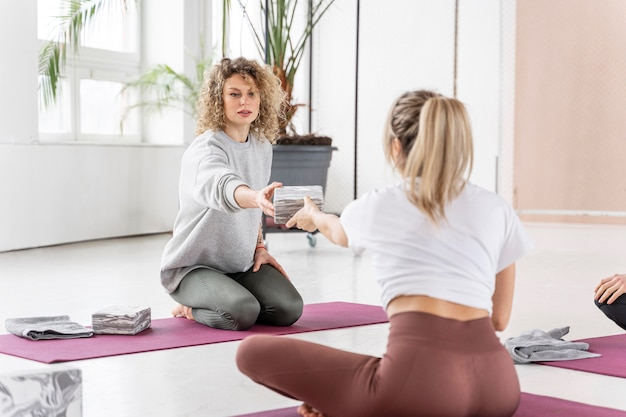 Femmes plein coup en cours de yoga