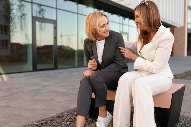 Femmes de plein coup discutant