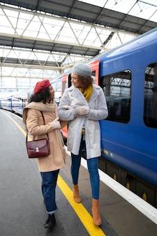 Femmes en plein plan à la gare