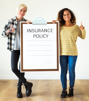 Femmes avec une police d'assurance