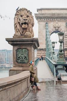 Les femmes sur le pont des chaînes à budapest