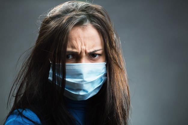 Les femmes portaient un bandage de gaze en studio