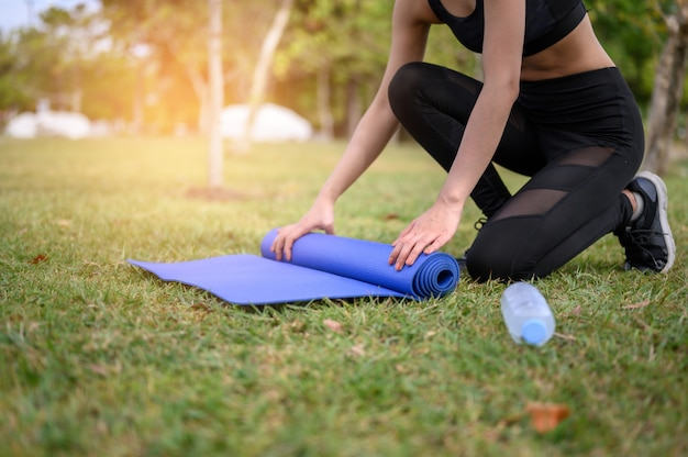 Femmes portant du noir, pratiquant le yoga pour la santé au parc.