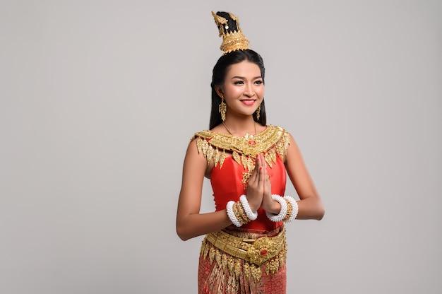 Femmes portant des vêtements thaïlandais respectueux, symbole sawasdee