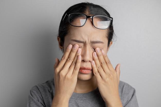Les femmes portent des lunettes et souffrent de douleurs oculaires