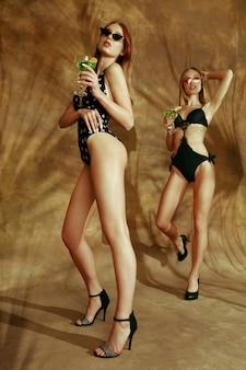 Femmes posant en body à la mode