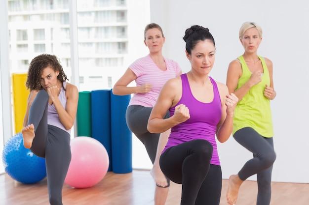 Femmes pratiquant le kickboxing au studio de fitness