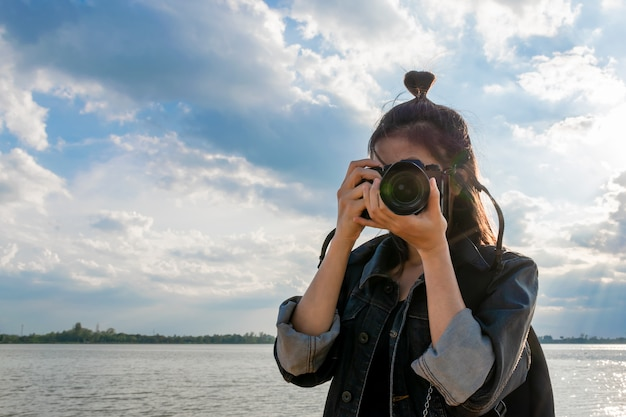 Femmes prenant une photo