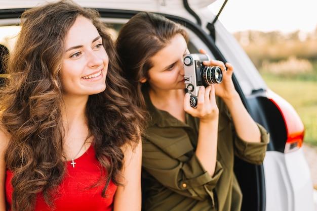 Femmes prenant des photos près de la voiture