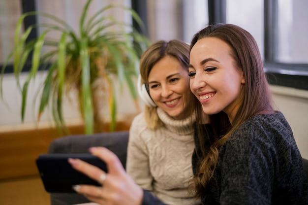 Femmes prenant selfie avec un casque