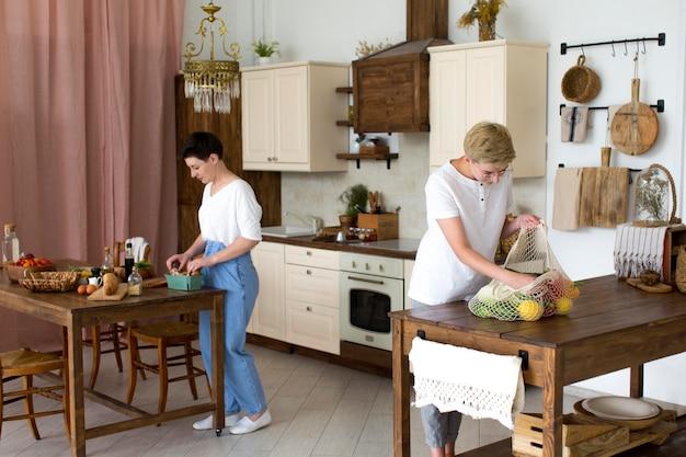 Femmes préparant des aliments sains