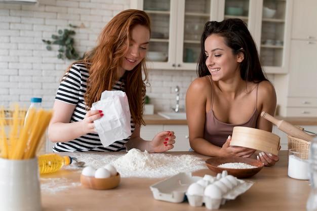 Femmes préparant ensemble un dîner romantique à la maison