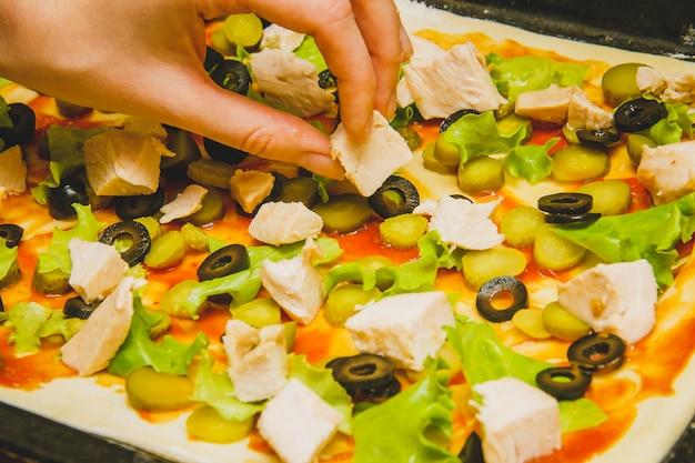 Des femmes préparent une pizza maison