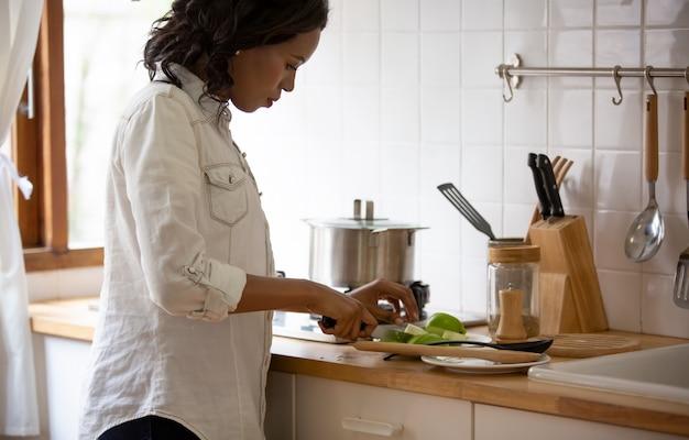 Femmes, préparer nourriture, dans cuisine